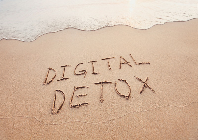 PLANNING A DIGITAL DETOX THIS SUMMER? HERE'S HOW TO SUCCEED